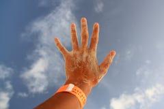 De hand van het kind in zand wordt behandeld dat royalty-vrije stock foto's