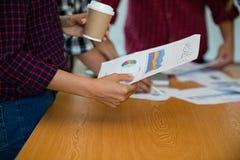 De hand van het millimeterpapiergrafieken van de bedrijfsmensengreep, markt rapporteert dur stock afbeelding