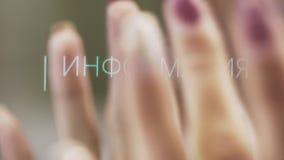 De hand van het wijfje met kastanjebruin nagellak onttrekt elektronisch aanrakingspaneel stock videobeelden