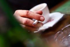 De hand van Inestetic het roken Royalty-vrije Stock Fotografie