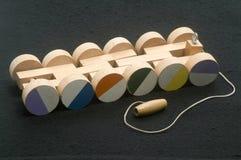 De hand van kinderen - gemaakte trekkracht houten het stuk speelgoed van de treinauto wielen Royalty-vrije Stock Afbeelding
