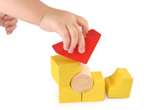 De hand van kinderen houdt kubus Stock Foto's