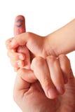 De hand van kinderen houdt vinger Royalty-vrije Stock Foto's