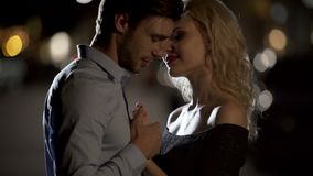 De hand van de knappe mannelijke het kussen vrouw teder, man die mooi blonde, datum verleiden stock videobeelden