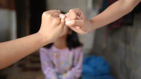 De hand van meisje en jonge vrouw is hand in hand de verplichting en de belofte van het metafoorcontact stock footage