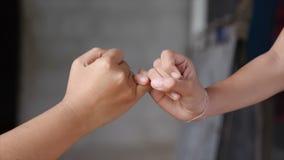 De hand van meisje en jonge vrouw is hand in hand de verplichting en de belofte van het metafoorcontact stock video