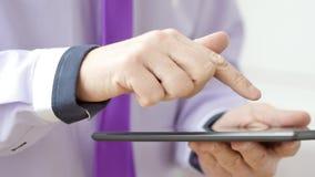 De hand van de mens wat betreft het scherm op moderne digitale tabletPC stock footage