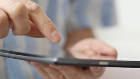 De hand van de mens wat betreft het scherm op moderne digitale tabletPC stock videobeelden