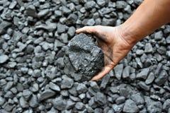 De hand van de mijnwerker toont steenkool in mijn royalty-vrije stock fotografie