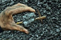 De hand van de mijnwerker toont steenkool in mijn royalty-vrije stock foto's