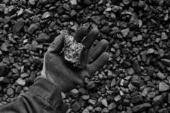 De hand van de mijnwerker toont steenkool in mijn royalty-vrije stock afbeelding