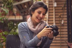 De hand van de persoon die het beeld van bloemen op de camera nemen royalty-vrije stock afbeelding