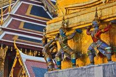 De hand van reuzen en van apen om gouden pagode op te heffen stock afbeeldingen