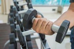 De hand van de sportmens houdt domoor, die het uitwerken uitoefenen bij de fitness Royalty-vrije Stock Foto's