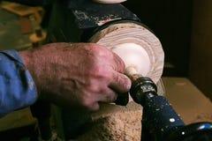 De hand van de timmerman behandelt hout op een draaibank royalty-vrije stock afbeeldingen