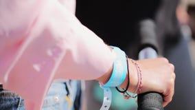 De hand van de vrouw houdt zwarte sponsgreep van autoped op zonnige de zomerdag stock videobeelden
