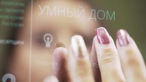 De hand van de vrouw met kastanjebruin nagellak onttrekt elektronisch aanrakingspaneel stock footage