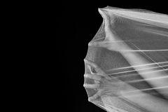 De hand van vrouwenstrijd in netto, probeert om in witte toon weg te gaan royalty-vrije stock fotografie
