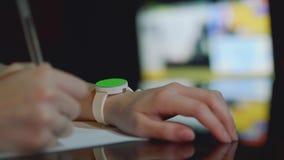 De hand van wit meisje met ronde klok op uw pols Jonge vrouw slaat zenuwachtig vingers van andere hand op het groene scherm stock video