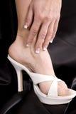De hand van Womans aan kant van voet stock foto's