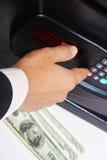 De hand van zakenmanmensen opent een brandkast Stock Foto