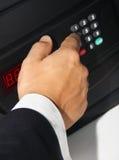 De hand van zakenmanmensen opent een brandkast Stock Fotografie