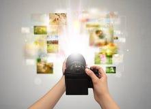 De hand vangt het levensgebeurtenissen met digitale camera Stock Foto's