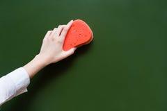 De hand veegt het bord, met een spons af royalty-vrije stock fotografie