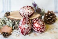 De hand verfraaide traditionele ontwerp Slavische Paaseieren Stock Afbeeldingen