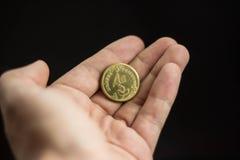 De hand werpt een muntstuk Het concept besluitvorming stock foto