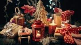 De hand wordt gezet een doos van de Kerstmisgift, Kerstmisbal op de achtergrond van gloed bokeh lichten stock video