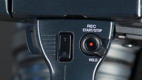 De hand zet digitale videocamera aan, omhoog sluit stock videobeelden