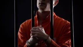 De handboeien om:doen gevangene die ongeduldig op oordeel van het beroephof, wachten die zenuwachtig het voelen royalty-vrije stock afbeelding