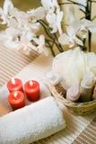 De handdoek en de kaarsen van het kuuroord Stock Afbeeldingen