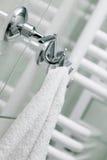 De handdoek hangt op een hanger Royalty-vrije Stock Foto's