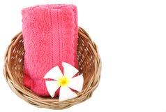 De handdoek in mand isoleerde witte achtergrond. Royalty-vrije Stock Fotografie