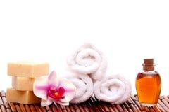 De handdoek van het kuuroord, zeep, orchidee stock foto