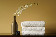De Handdoeken, de Vaas en de Bloemen van het kuuroord Royalty-vrije Stock Foto's