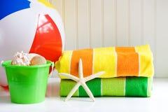 De handdoeken en de bal van het strand Royalty-vrije Stock Fotografie