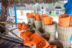 De handdoeken op het strand voor zwemmen in de middag Handdoek na knuppel Stock Foto's