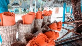 De handdoeken op het strand voor zwemmen in de middag Handdoek na knuppel Stock Afbeeldingen