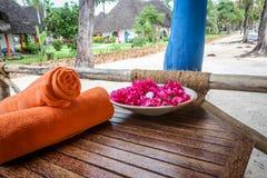 De handdoeken op het strand voor zwemmen in de middag Handdoek na knuppel Stock Afbeelding