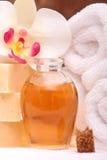 De handdoeken van het kuuroord en aromatherapy oliën Royalty-vrije Stock Foto