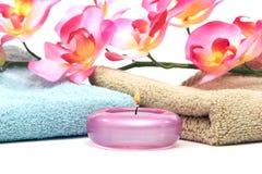 De handdoeken van het kuuroord, kaars en roze orchidee stock fotografie