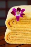 De handdoeken van het kuuroord met orchidee stock fotografie