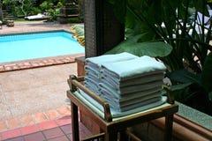 De handdoeken van Poolside Stock Afbeeldingen