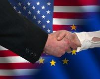 De handdruk van Amerikaan en van de EU Stock Afbeelding