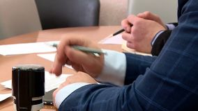 De handdruk van de werkgever na besprekingen stock footage