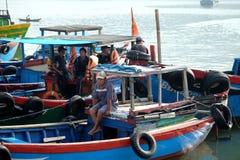 De handel van tonijnvissen bij de vissenhaven van Qui Nhon, Vietnam Royalty-vrije Stock Fotografie
