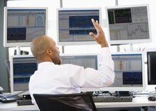 De Handelaar die van de voorraad Animatedly op de Telefoon spreekt Stock Fotografie